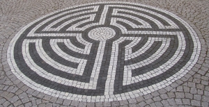 Labyrinth_vor_St._Lambertus,_Mingolsheim CROPPED